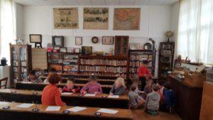 Les élèves écrivent à la plume.