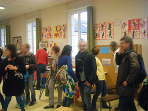 Les parents d'élèves visitent l'exposition.